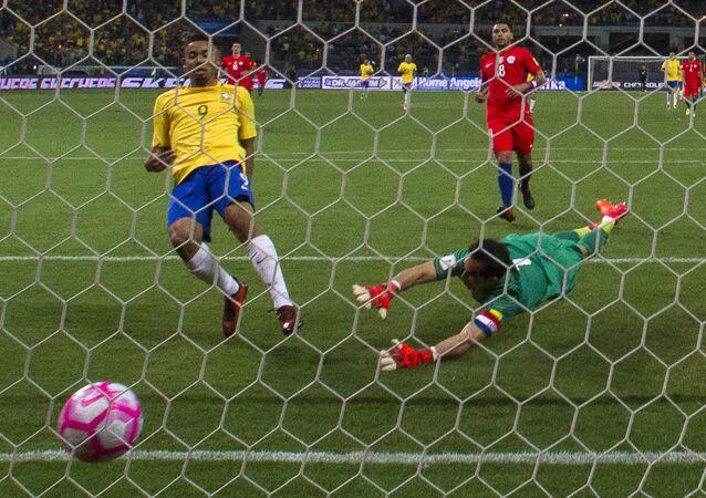 Gabriel Jesus marca contra o Chile em partida válida pela última rodada das eliminatórias sul-americanas para a Copa do Mundo de 2018