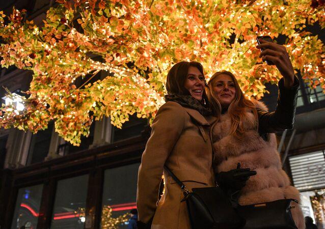 Moscovitas tirando selfie no centro da capital da Rússia