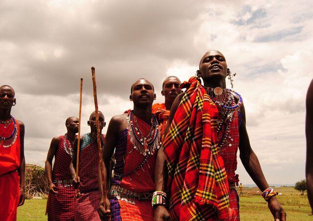 Homens de uma tribo africana em roupas vermelhas