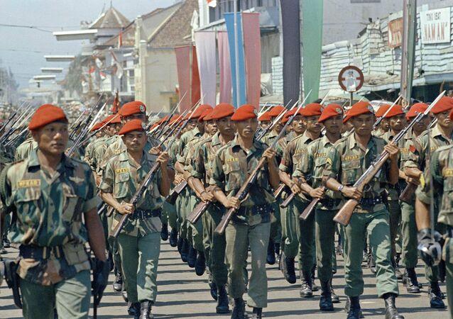Tropas de elite no desfile militar em Bandung, Indonésia, 1966