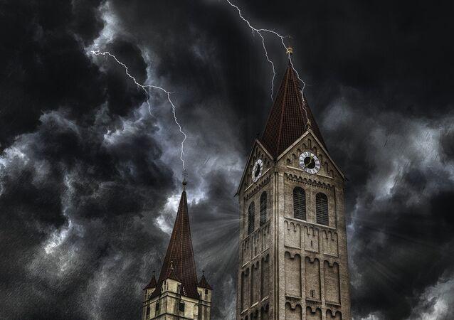 Nuvens negras lançam relâmpagos