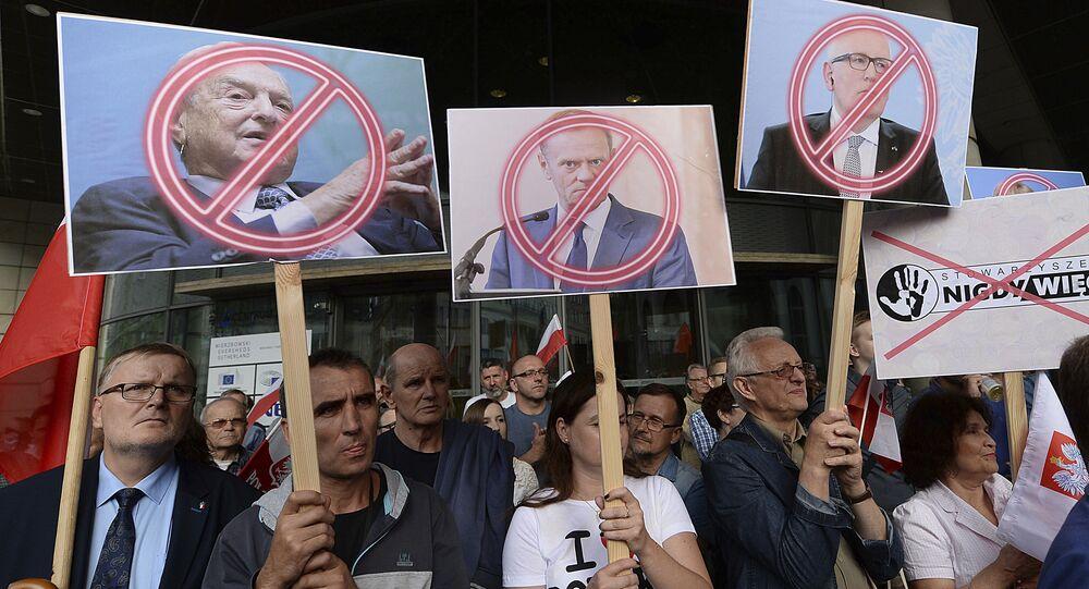 Manifestantes, fora do escritório do líder Jaroslaw Kaczynski, segurando bandeiras com imagens do empresário George Soros, do presidente do Conselho Europeu Donald Tusk e do primeiro vice-presidente da Comissão Européia, Frans Timmermans, durante um protesto em Varsóvia, em 26 de julho de 2017