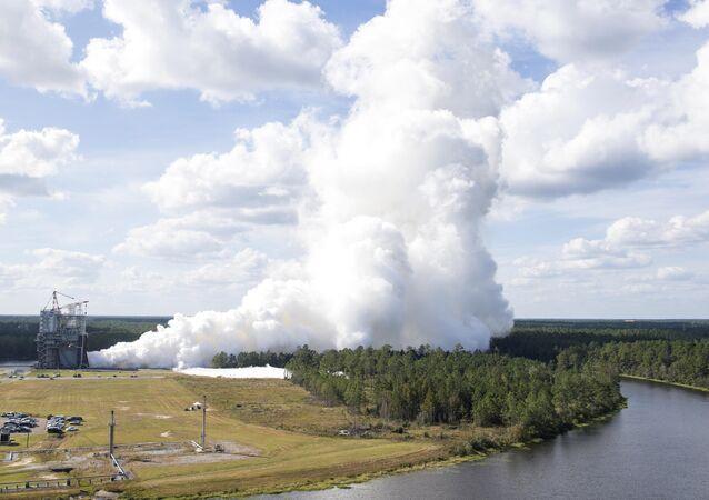 A NASA testa novo motor RS-25 E2063 para o Sistema de Lançamento Espacial (SLS),Mississipi, EUA