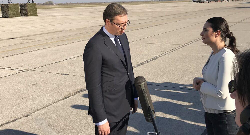 O presidente da Sérvia, Aleksandar Vucic, durante o discurso no aeródromo militar de Batainitsa