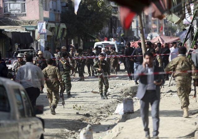 Forças de segurança do Afeganistão investigam local de ataque suicida contra mesquita em Cabul