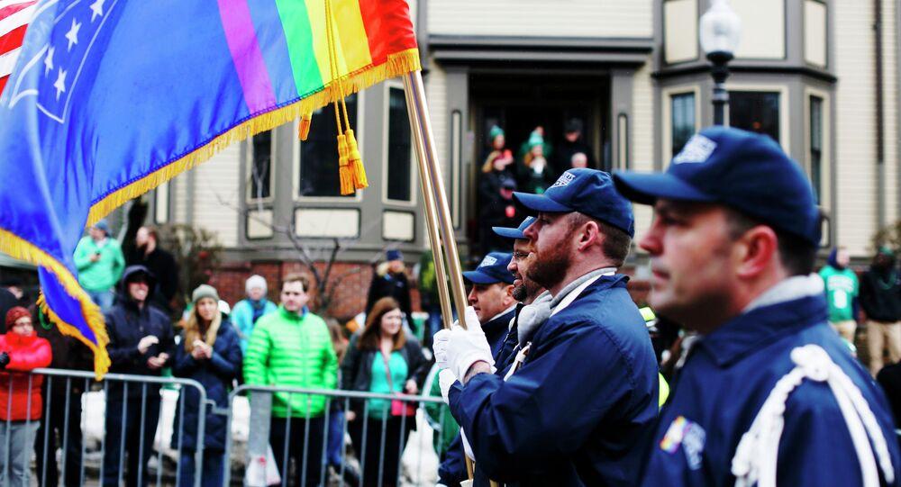 A guarda colorida grupo de veteranos LGBT OutVets marcha pela Broadway durante a parada do dia de St. Patrick, no Massachusetts
