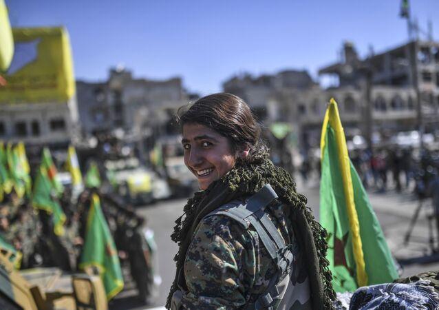 Uma mulher combatente curda depois da libertação de Raqqa
