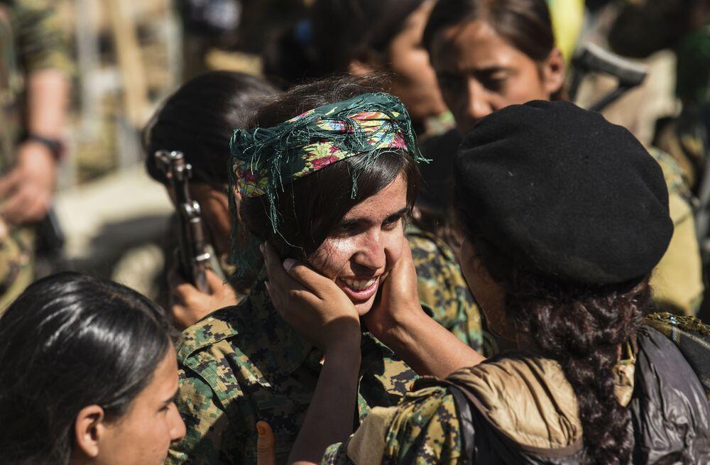 Combatentes curdas em Raqqa libertada