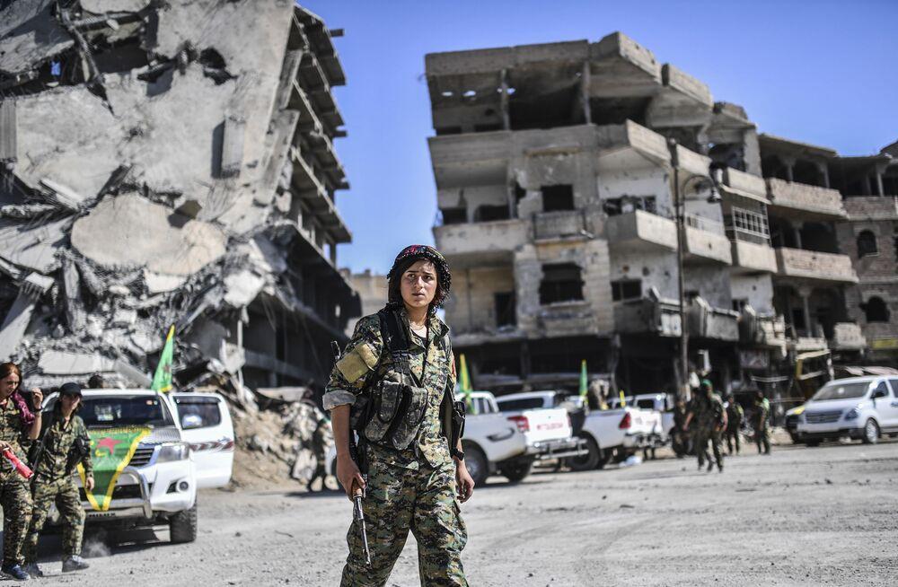 Uma mulher combatente curda em Raqqa libertada