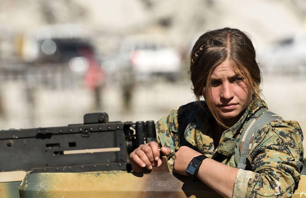 Uma combatente curda das Forças Democráticas da Síria depois da libertação de Raqqa