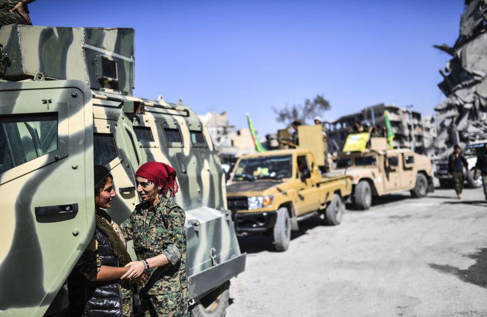 Combatentes curdas das FDS na Raqqa libertada