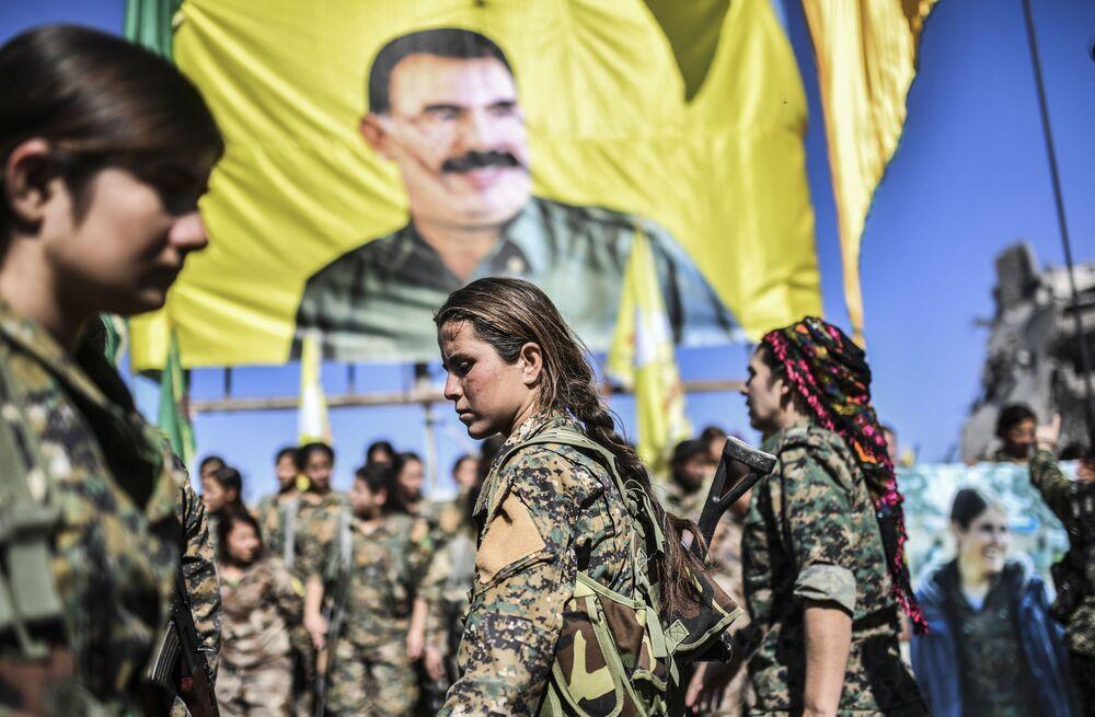 Mulheres combatentes curdas depois da libertação de Raqqa, que era considerada a capital não oficial dos terroristas