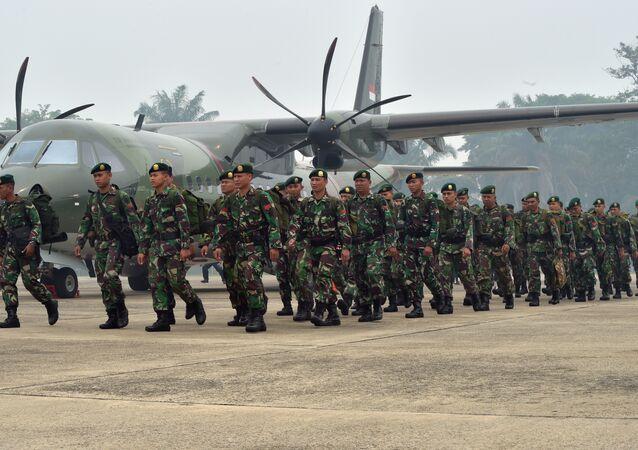 Soldados indonésios no momento de chagada ao aeroporto militar de Roesmin Noejadin