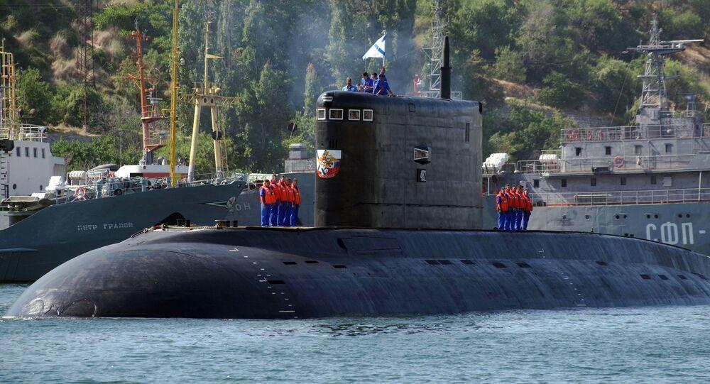Submarino Krasnodar da Frota do Mar Negro no porto de Sevastopol