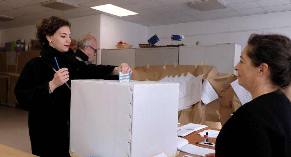 Mulher votando no referendo sobre a autonomia de Vêneto, 22 de outubro de 2017