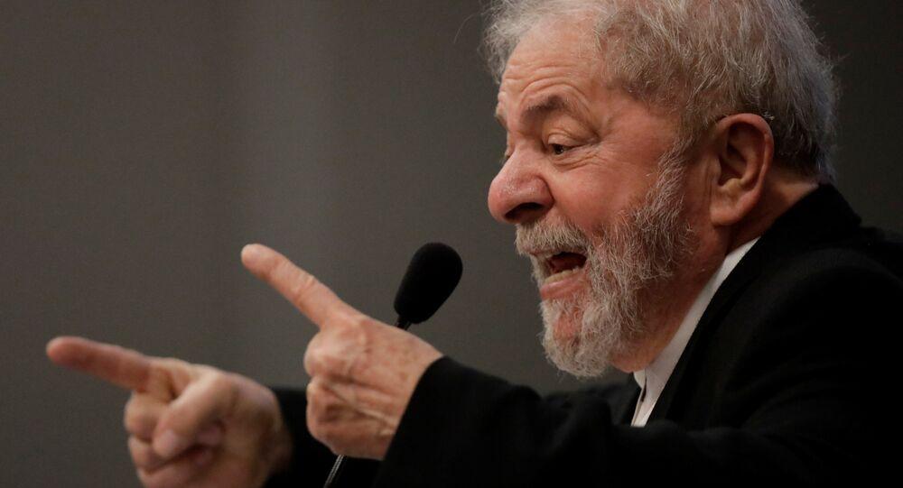 Lula gesticula durante um seminário sobre educação pública em Brasília em 9 de outubro de 2017