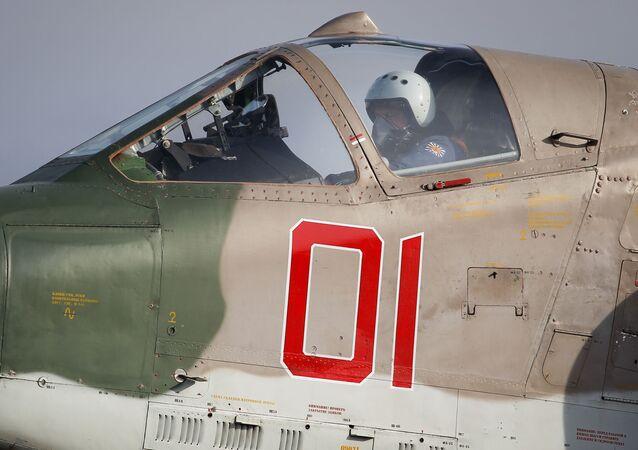 Um piloto verifica funcionamento dos comandos de seu avião Su-25SM3 antes de iniciar voo no âmbito de treinamentos na Rússia