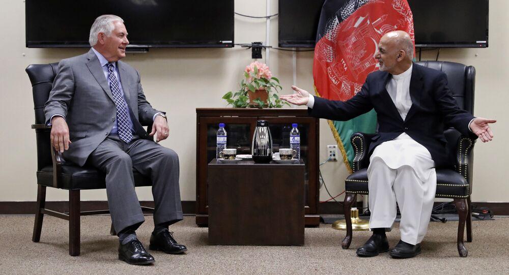Secretário de Estado dos EUA, Rex Tillerson, com o presidente afegão, Ashraf Ghani, 23 de outubro de 2017