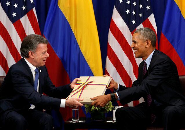O presidente da Colômbia, Juan Manuel Santos, entrega ao ex-líder norte-americano, Barack Obama, uma cópia do Acordo Final de Paz entre o governo colombiano e o grupo rebelde Farc, 21 de setembro de 2016