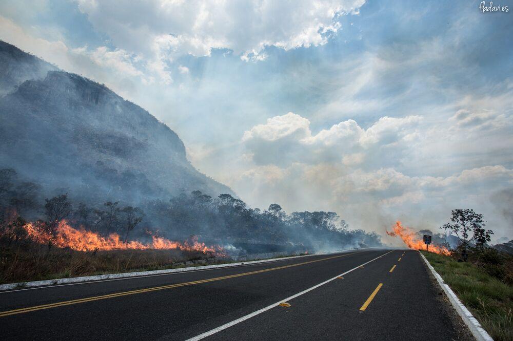 Estrada fica cercada por chamas no Parque Nacional da Chapada dos Veadeiros, em Goiás
