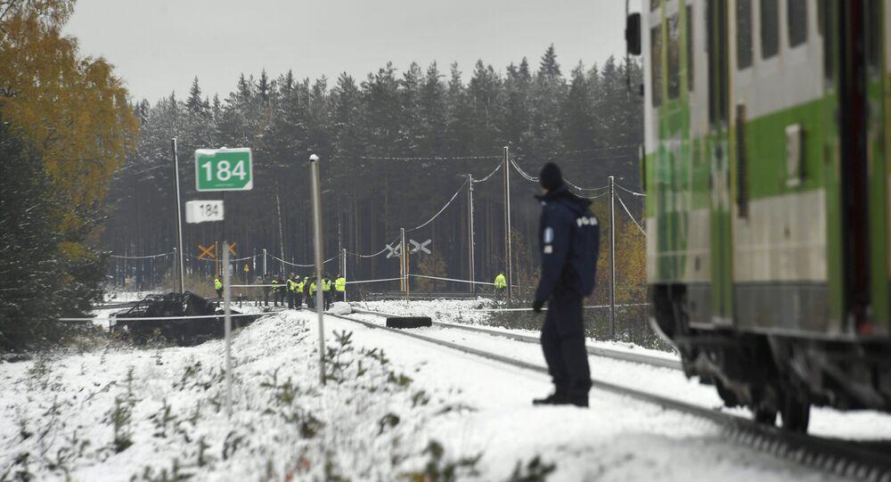 Agentes federais, militares e membros da equipe de resgate na rodovia onde aconteceu a colisão entre o trem de passageiros e o caminhão militar, Finlândia, 26 de outubro de 2017