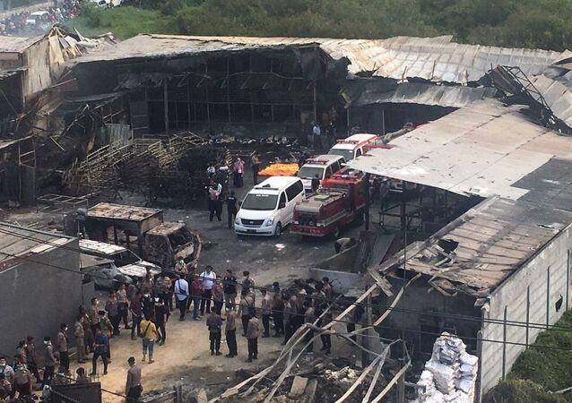 Agentes federais e equipes de resgate no local da explosão na cidade indonésia de Tangerang, 26 de outubro