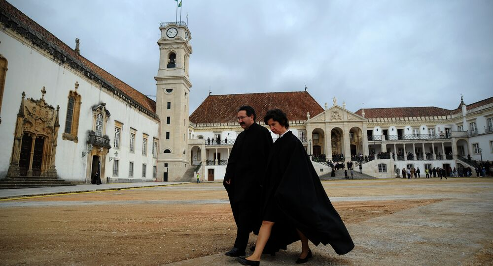 Professores na Universidade de Coimbra, Portugal, antes da chegada do ex-presidente brasileiro, Luiz Inácio Lula da Silva, 30 de março de 2011
