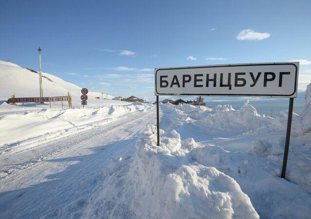 Sinal de trânsito e ponteiro geográfico da cidade de Barentsburg no arquipélago de Svalbard