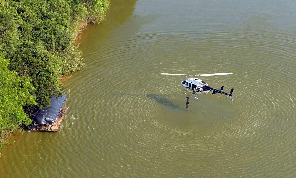 Helicóptero auxilia chegada da operação contra o garimpo ilegal