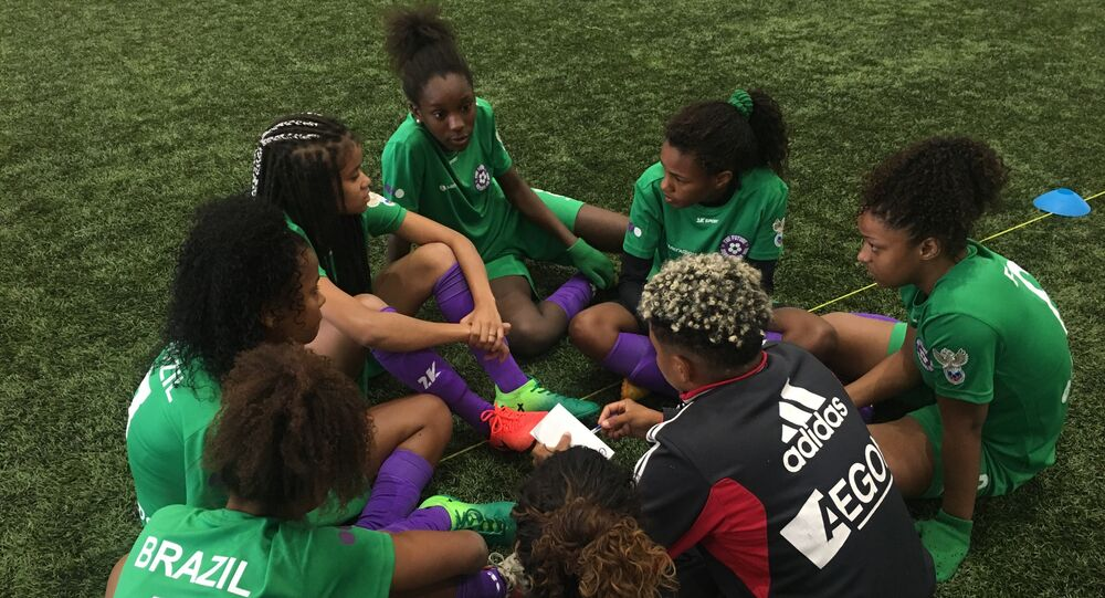 Meninas da equipe brasileira e sua técnica Jessica discutem tática do jogo em um intervalo