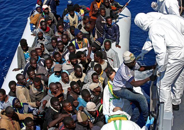 Guarda Costeira italiana se aproxima de barco de imigrantes na costa da Líbia, no Mar Mediterrâneo, em 22 de abril de 2015