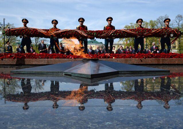 Cerimônia solene de colocação de flores ao Túmulo do Soldado Desconhecido em Moscou