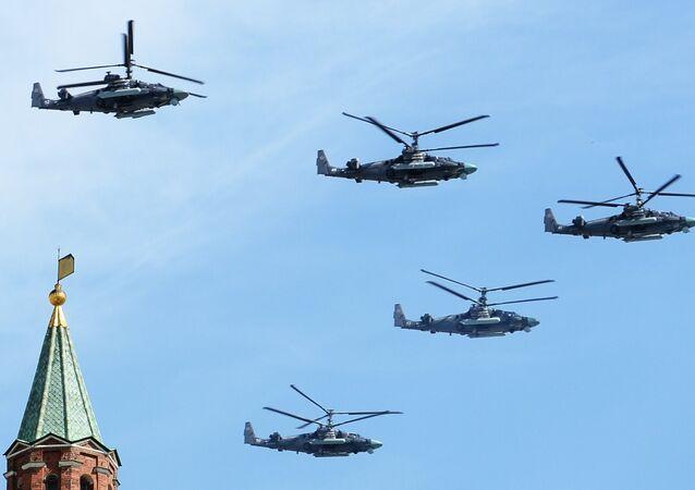 Helicópteros Ka-52 Alligator na Parada Militar em Moscou em 9 de maio 2015