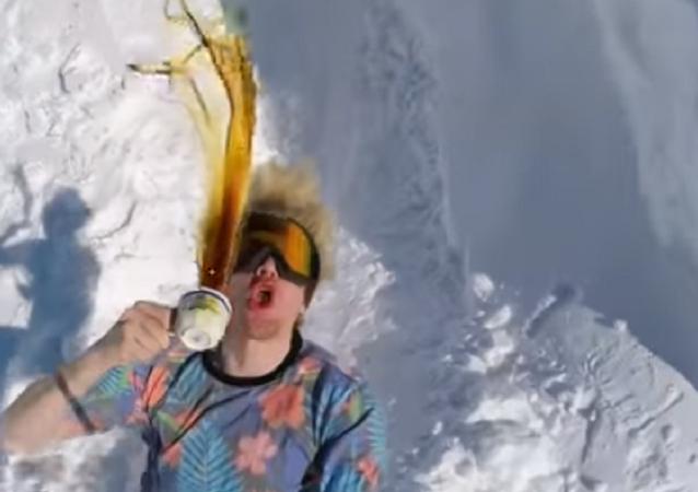 O snowboarder da Noruega Stian Aadland faz um salto com uma xícara de café