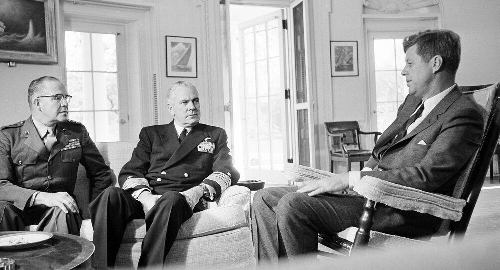 Encontro entre John F. Kennedy, o general David Shoup e o almirante George Anderson dedicado a Cuba, outubro de 1962