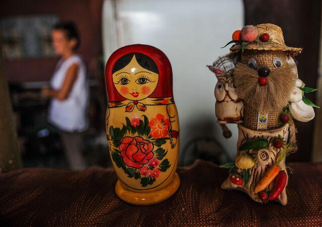 Matryoshka e boneco russo em um apartamento cubano