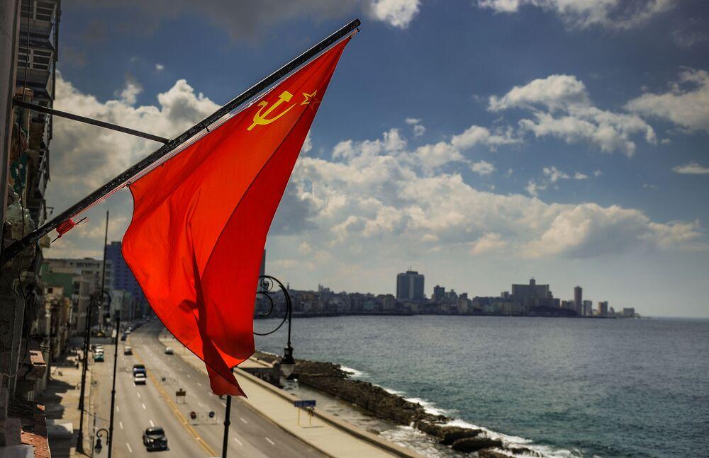Bandeira soviética na costa de Havana