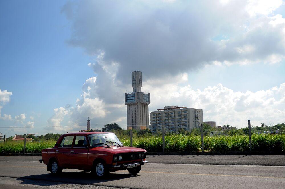 Carro soviético passa perto da embaixada russa em Havana