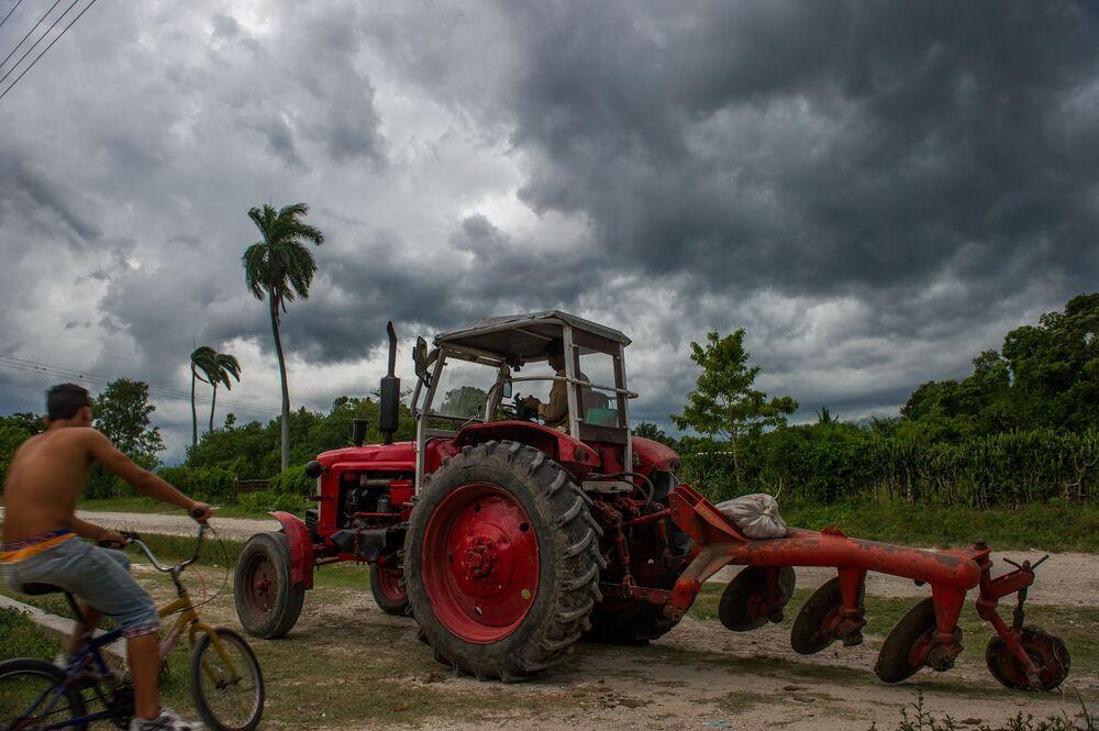 Trator soviético nos subúrbios de Havana
