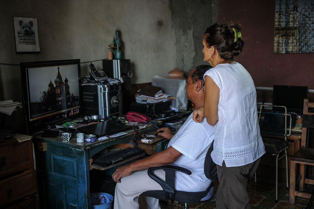 Astrônoma russa Svetlana Oparina com seu marido cubano na sua casa em Havana