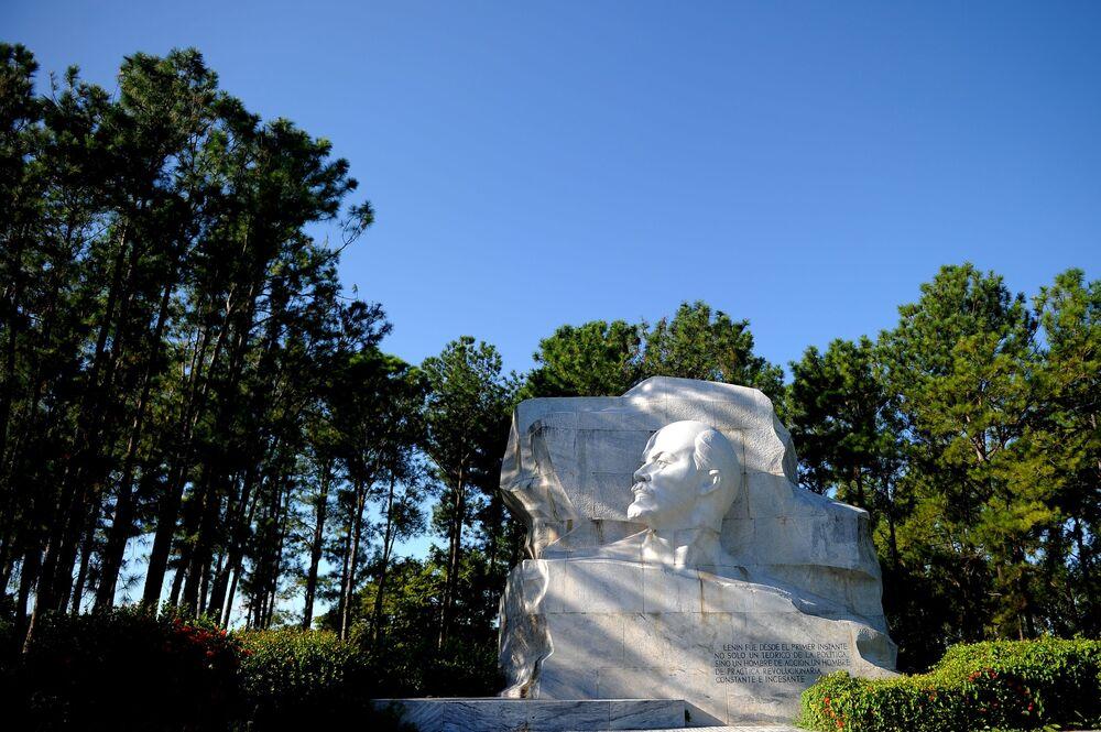 Monumento de Lenin em parque de Havana