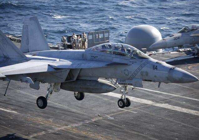 F/A-18 Hornet pousando na plataforma do USS Ronald Reagan