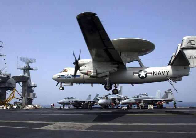 E-2C Hawkeye pousando em um porta-aviões dos EUA (foto de arquivo)