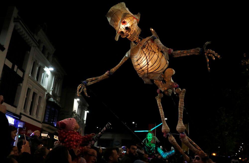 Halloween nas ruas de Liverpool, na Inglaterra.