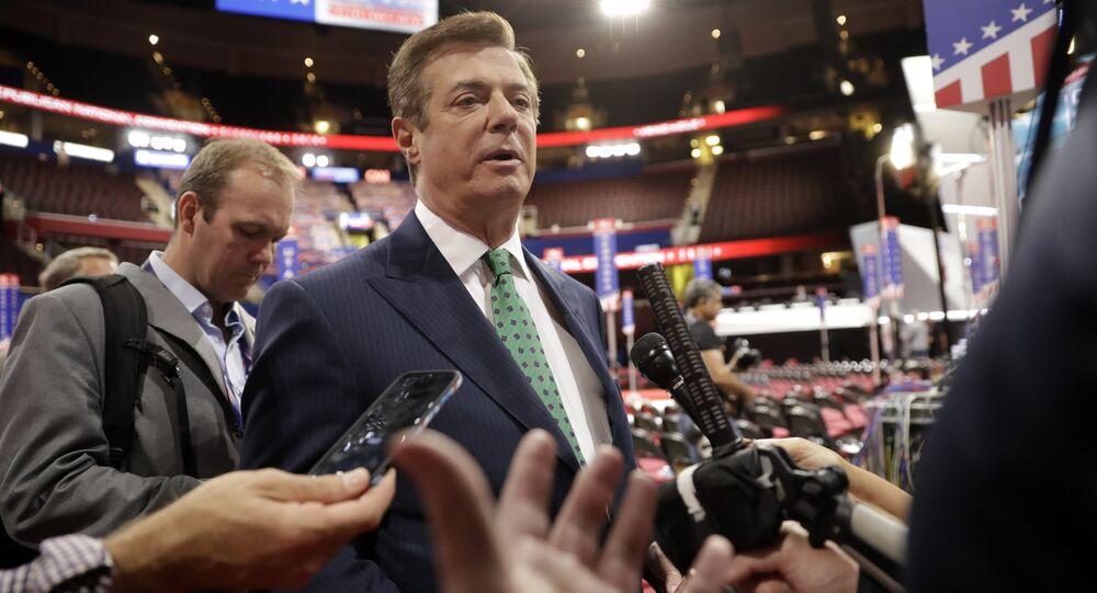Ex-gerente da campanha eleitoral de Donald Trump, Paul Manafort, cercado por jornalistas durante Congresso Nacional Republicano, Cleveland, EUA