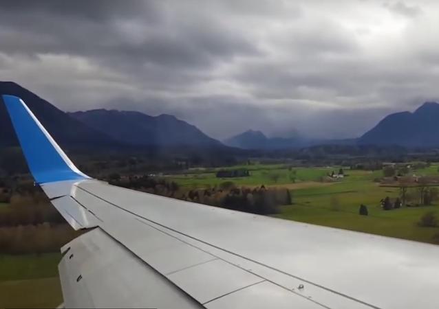 Boeing 737-800 da empresa polonesa Enter Air tenta aterrissar no aeroporto de Salzburgo (Áustria)