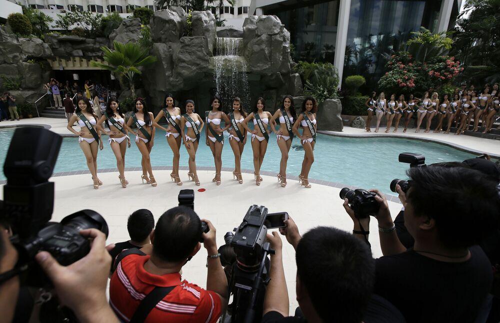Candidatas ao título Miss Terra participam da apresentação do concurso na beira da piscina