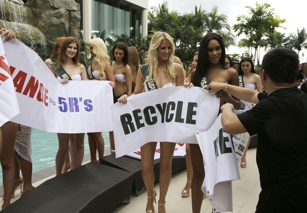 Candidatas ao título Miss Terra participam da apresentação do concurso perto da piscina