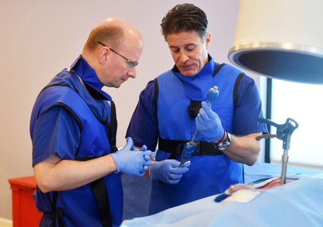 Drew Gaworski, professor da empresa Vertiflex, ensinando sobre coluna vertebral humana em seminário na Virgínia, EUA, setembro de 2017