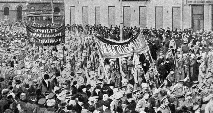 Manifestação de soldados em Petrogrado durante a revolução de fevereiro na Rússia